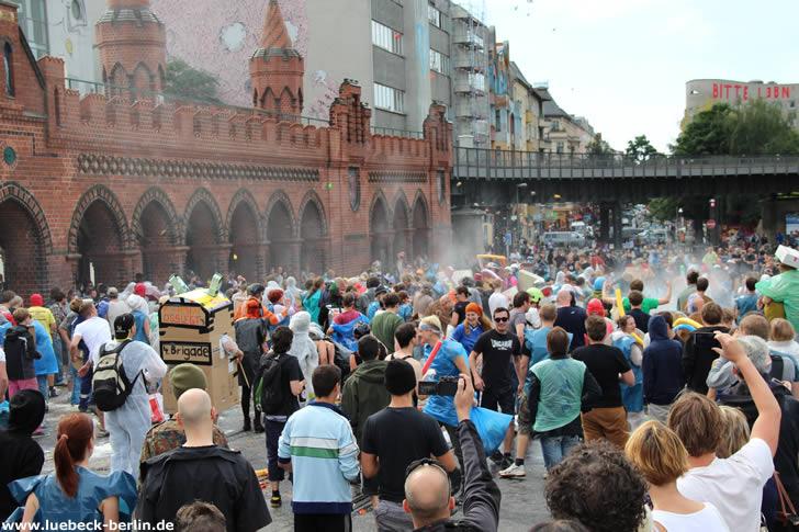 Wasserschlacht auf der Oberbaumbrücke - Berlin-Friedrichshain